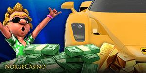 man vedsiden av bil bader i penger