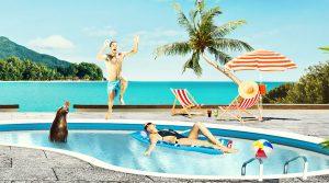 mann som hopper i svømmebasseng i eksotisk reisemål