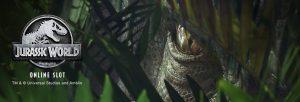 nærbile av øye til en dinosaur og jurassic world logo
