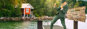 mrgreen foran en hytte ved vannet