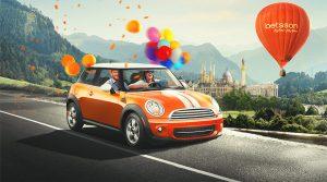 oransje mini cooper med ballonger og luftballong bak