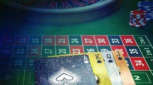 roulettebord med sjetonger og kort