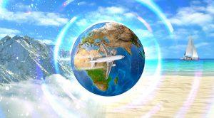 globus med fly på, sandstrand og fjell i bakgrunn