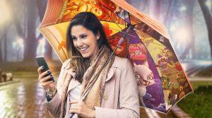 dame med mobil i hånden, paraply med slots på