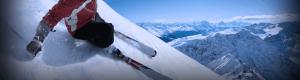 person på ski ned en bakke, fjell i bakgrunn