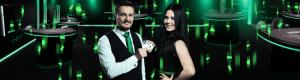 en mann og en dame foran casinobord
