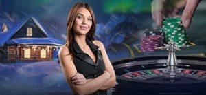 kvinnelig live dealer, roulettebord, hus i snø